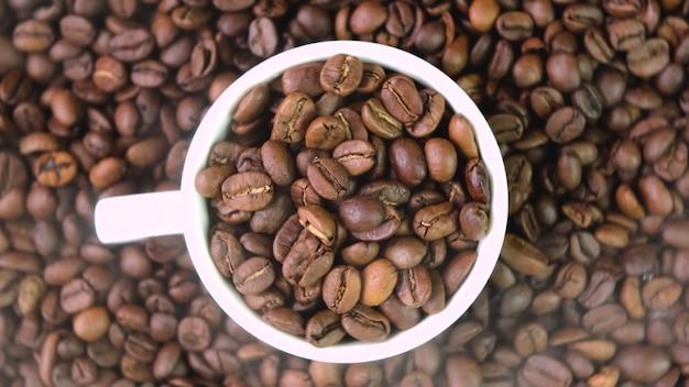 Koffiebonen close-up op tafel. selectieve aandacht. natuur