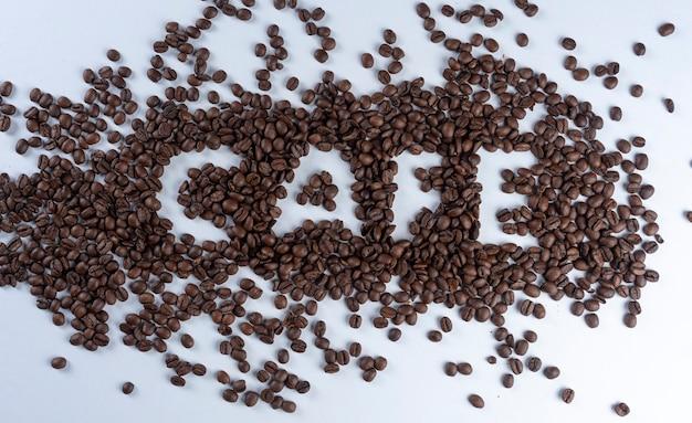 Koffiebonen die het woordkoffie in het portugees vormen.