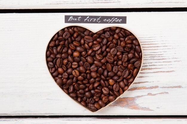 Koffiebonen die liefdessymbool maken. hart vorm vorm. eerst koffie.