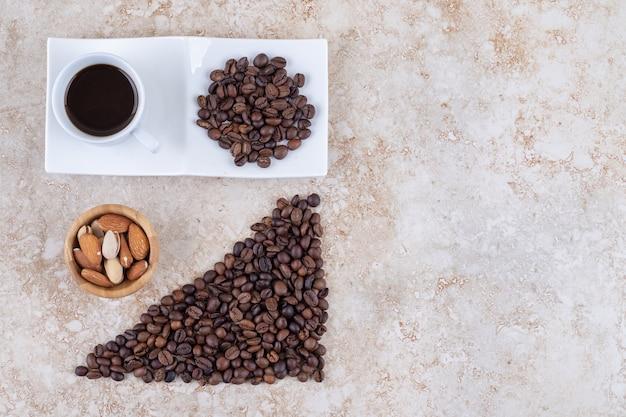 Koffiebonen, diverse noten en een kopje koffie