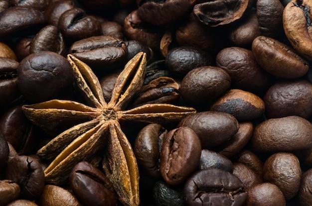 Koffiebonen en anijsplantster, close-up