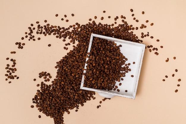 Koffiebonen en een dienblad