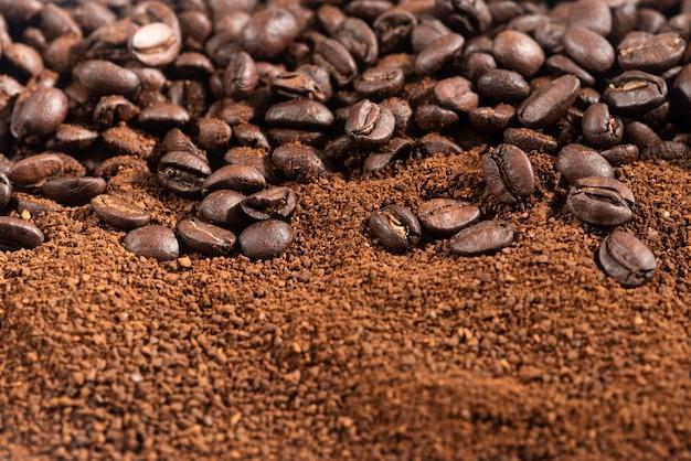 Koffiebonen en gemalen. geroosterde koffiebonen en gronden close-up van boven selectieve gericht.