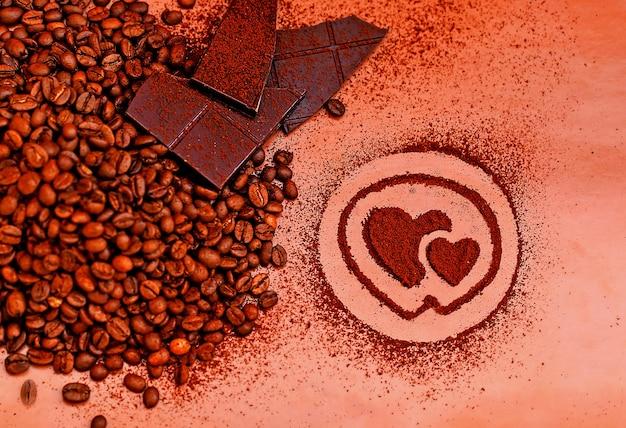Koffiebonen en gemalen koffiechocolade op tafel
