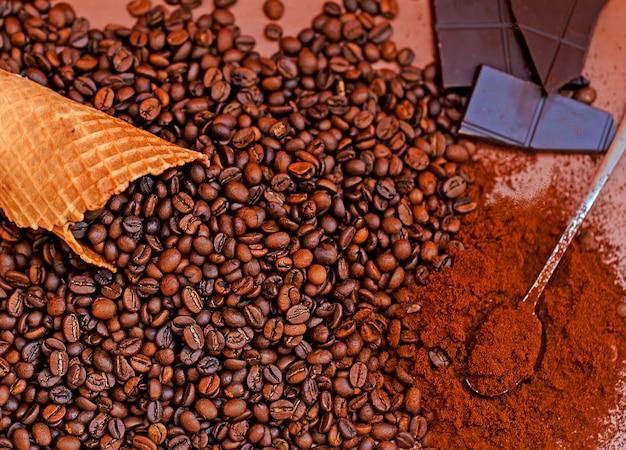 Koffiebonen en gemalen koffiechocolade