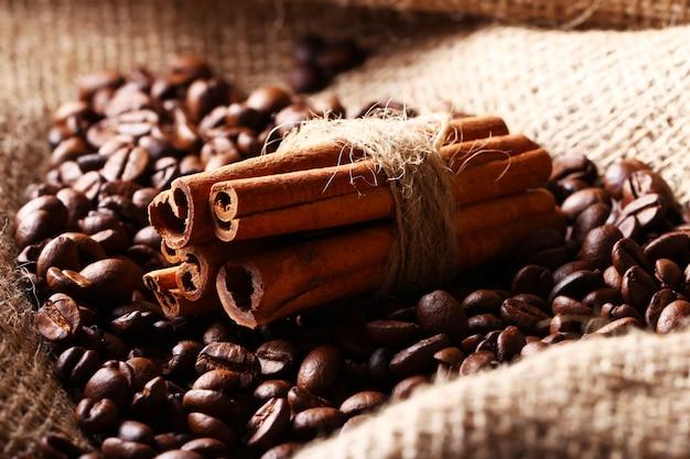 Koffiebonen en kaneelstokjes