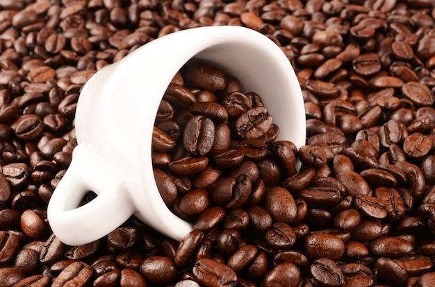 Koffiebonen en mok