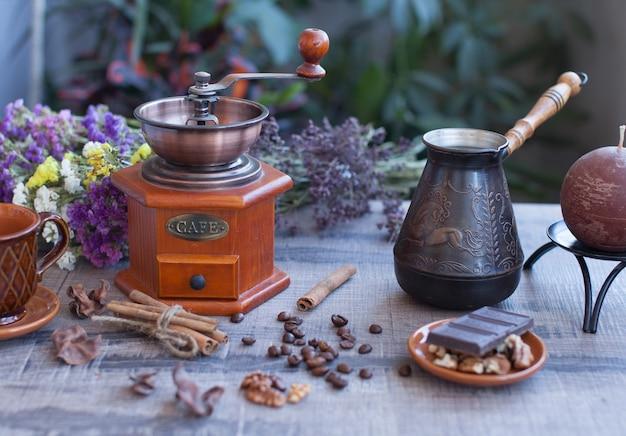 Koffiebonen en oude koffiemolen