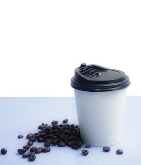 Koffiebonen en papieren koffiekopjes