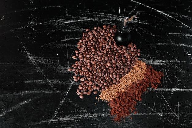 Koffiebonen en poeder op de zwarte