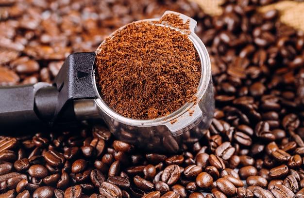 Koffiebonen en portafilter voor espressomachine