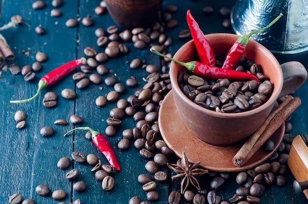 Koffiebonen en rode kille pepers