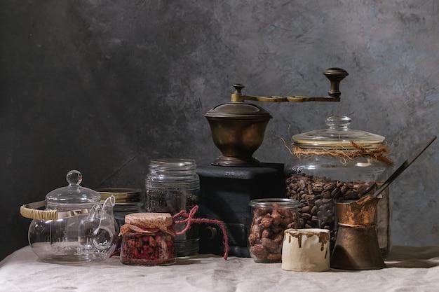 Koffiebonen en thee in potten