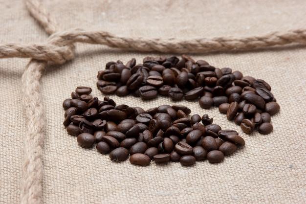 Koffiebonen en touw knoop op zak