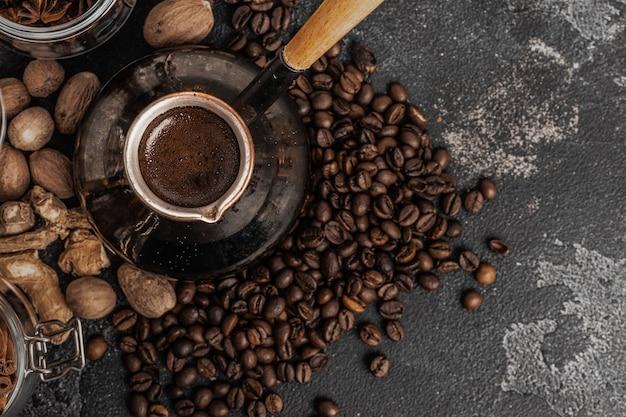 Koffiebonen en turk op donkere ondergrond