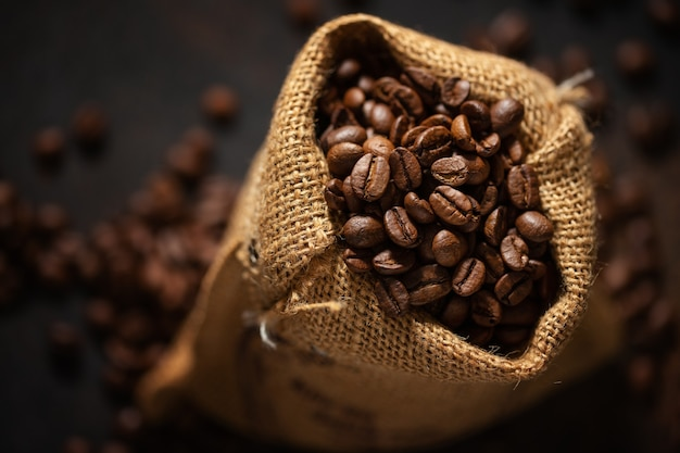 Koffiebonen espresso close-up in jute zak.