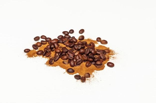 Koffiebonen. geã¯soleerd op een witte