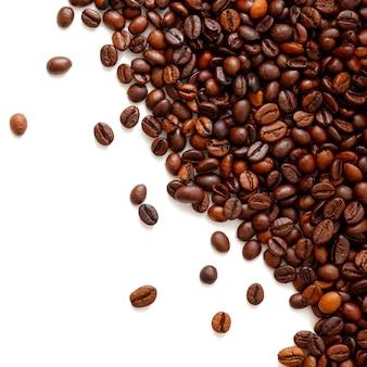 Koffiebonen geïsoleerd met copyspace voor tekst.