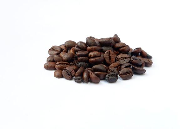 Koffiebonen geïsoleerd op een witte achtergrond