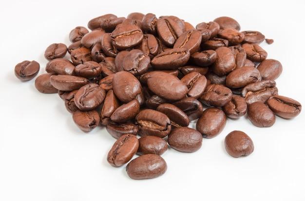Koffiebonen geïsoleerd op een witte