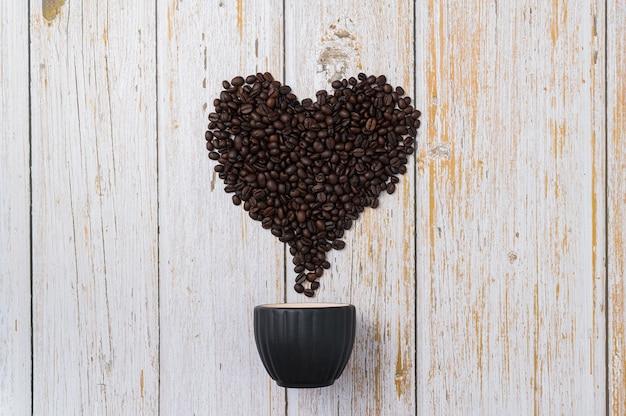 Koffiebonen gerangschikt in de vorm van een hart. hou van koffie drinken