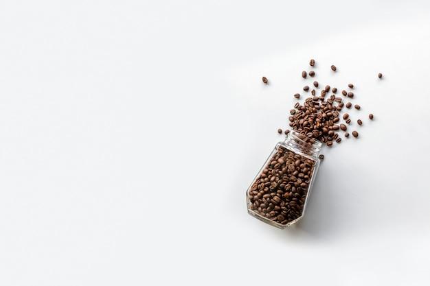 Koffiebonen in een glazen fles geïsoleerd