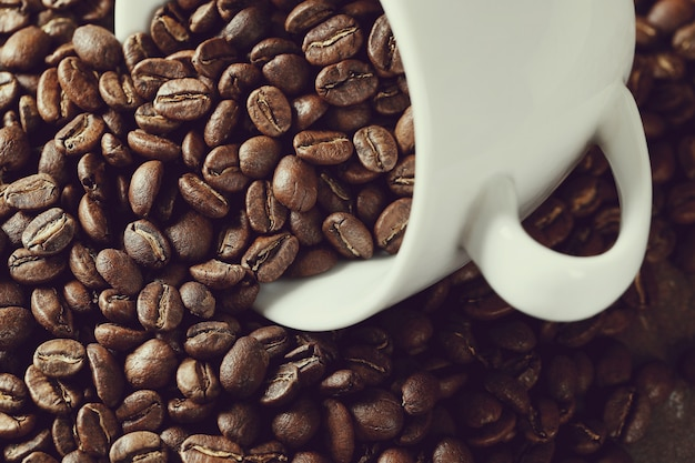 Koffiebonen in een mok