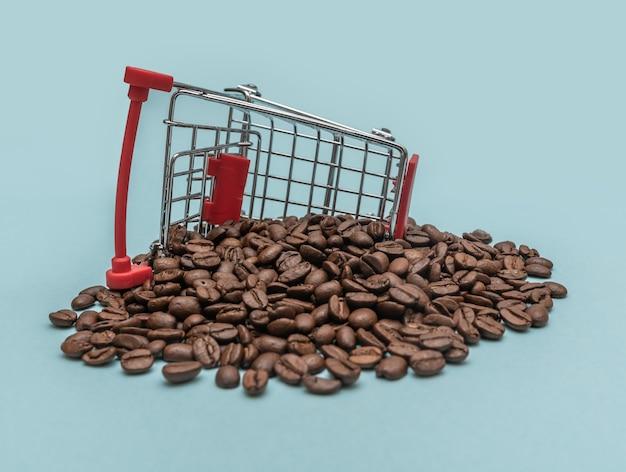 Koffiebonen in een winkelmandje. boodschappen doen. verkoop concept.