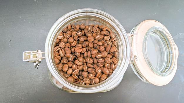 Koffiebonen in glazen pot van bovenaanzicht