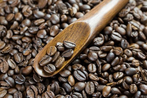 Koffiebonen in houten speen bovenaanzicht studio short