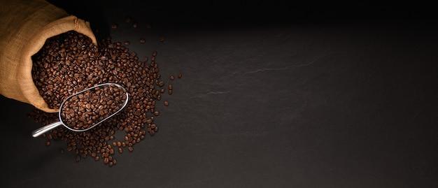 Koffiebonen in jutezak op zwarte achtergrond
