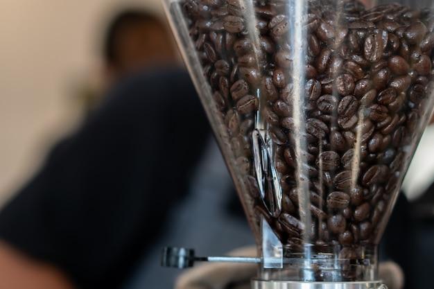 Koffiebonen in koffiebrander om poeder te maken