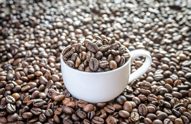 Koffiebonen in porseleinen beker
