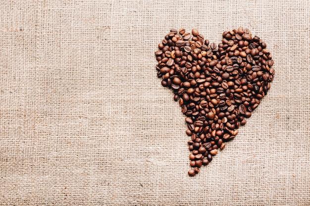 Koffiebonen in vorm van hart. fijne valentijnsdag