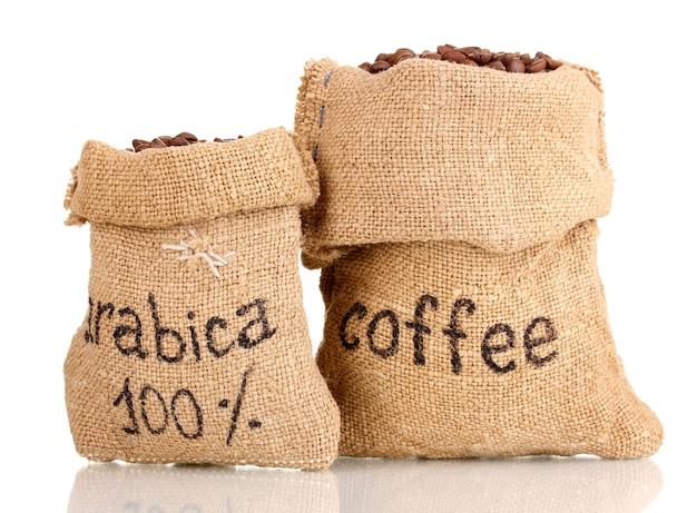 Koffiebonen in zakken op wit