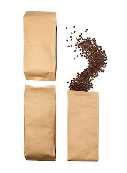 Koffiebonen komen uit de verpakking