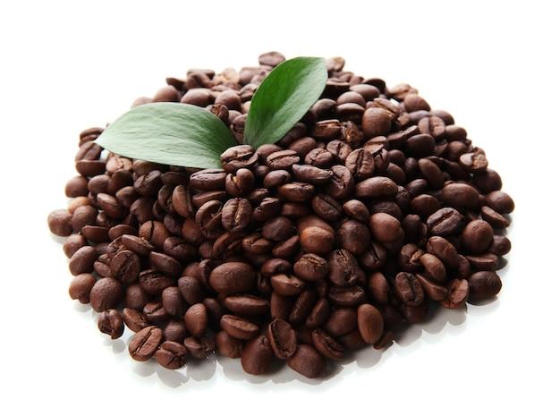 Koffiebonen met bladeren die op wit worden geïsoleerd