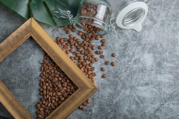 Koffiebonen met frame op een grijze achtergrond.
