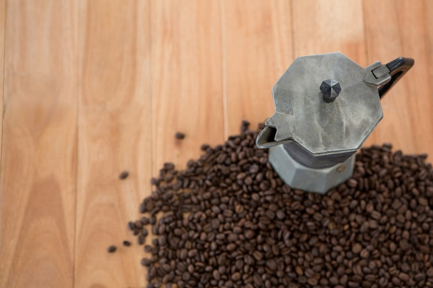 Koffiebonen met metalen koffiezetapparaat