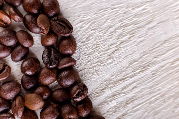 Koffiebonen of korrel op witte houten achtergrond