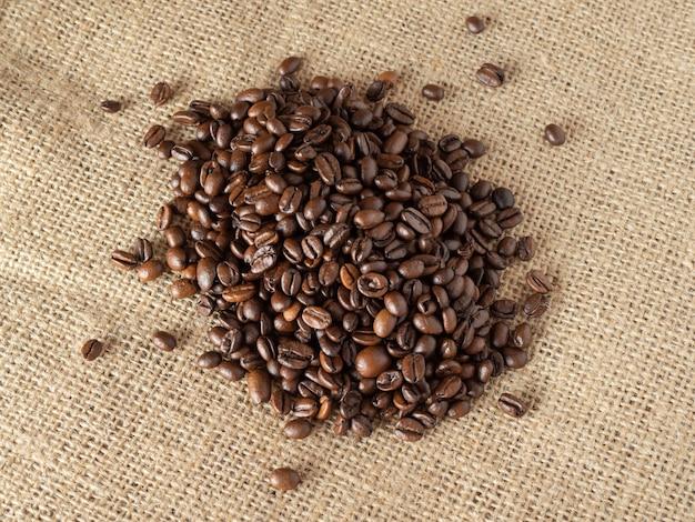Koffiebonen op de achtergrond van de linnentextuur