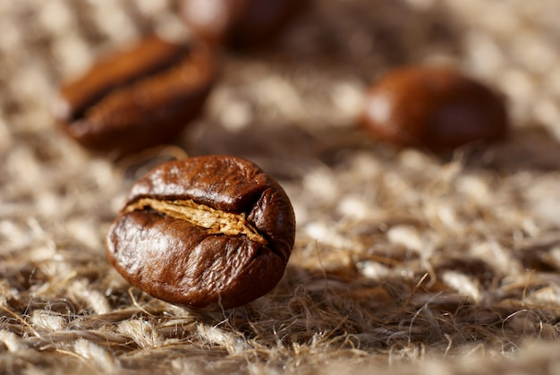 Koffiebonen op de doekzakachtergrond