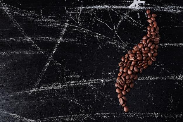 Koffiebonen op de grond in decoratieve stijl.