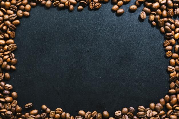 Koffiebonen op donkere achtergrond. bovenaanzicht. koffie concept.