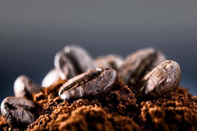 Koffiebonen op een donkerblauwe muur