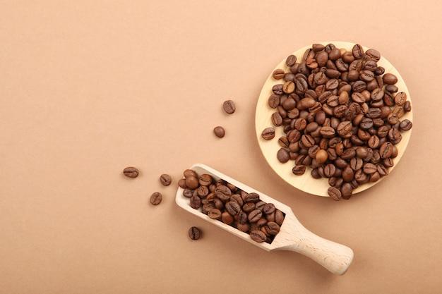 Koffiebonen op een gekleurde achtergrond om tekst minimalisme in te voegen