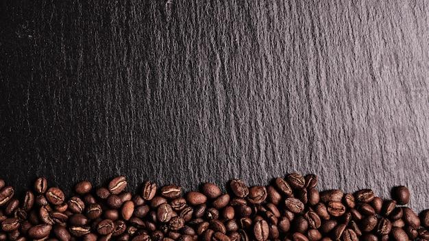 Koffiebonen op een leisteen bord. bovenaanzicht kopieer ruimte ..