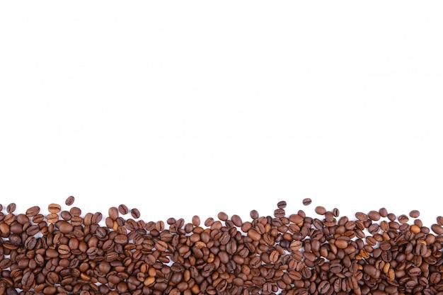 Koffiebonen op een witte achtergrond worden geïsoleerd die.