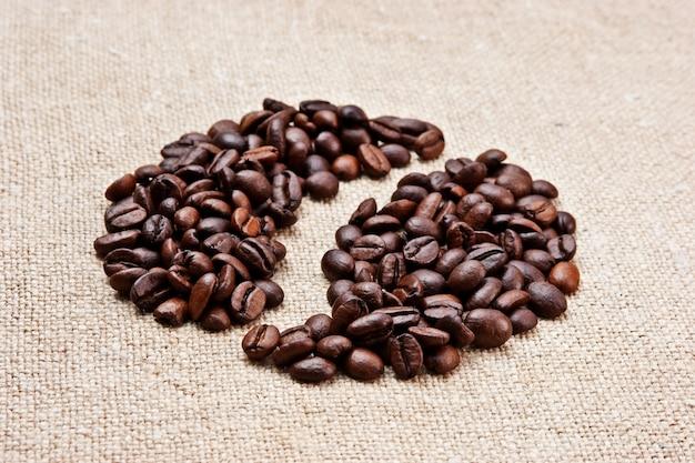 Koffiebonen op een zakachtergrond