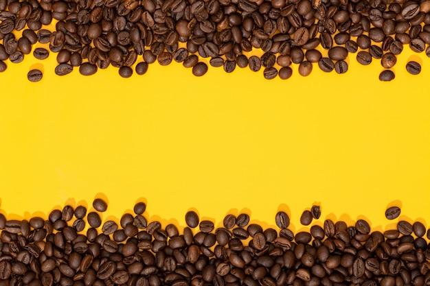 Koffiebonen op gele ondergrond